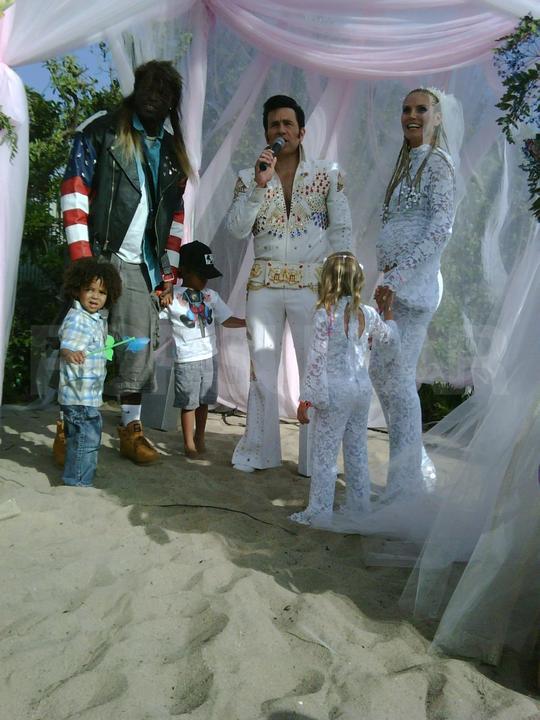 Utajená svadba Heidi Klum a Seala bola skutočne mini svadbou. Nevesta s bruškom v šatách od Very Wang kráčala uličkou k ženíchovi, ktorý jej spieval pieseň napísanú špeciálne pre túto príležitosť za doprovodu huslistu. Jediným hosťom bola dcéra Leni.