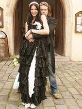 Prinášajú čierne svadobné šaty smolu? Párik od susedov Richard Krajčo a Iva Fruhlingová dokázali takmer nemožné, v priebehu jedného roka sa stihli zoznámiť, začať spolu randiť, zasnúbiť sa, vziať sa a aj rozviesť.