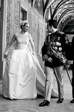 19.4.1956 sa z oscarovej Grace Kelly stala skutočná princezná. Svadby s Ranierom III. boli rovno dve, prvý civilný sobáš s hŕstkou najbližších a potom cirkevný za prítomností 600 hostí. Svadobné šaty šilo 36 ľudí 6 týždňov.