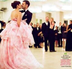 Jessica Biel a Justin Timberlake už pomaly klasicky: svadba v Taliansku, ženích spieva serenádu uličkou kráčajúcej neveste, avšak nevesta netradične oblečená v ružovom. Bielu prenechala družičkám :-)