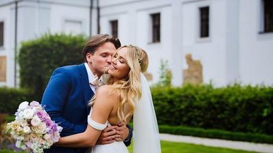 Miss world Taťána Kuchařová a Ondřej Brzobohatý Gregor majú od roku 2016 taktiež spoločné priezvisko. Družičky vo fialových šatách s kvetinovými vencami vo vlasoch, hostina na farme a kopec bodyguardov, ktorí novomanželov chránili dáždnikmi.