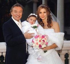 To, že na svadbu nikdy nie je neskoro dokázal božský Kája, ktorý si v roku 2008 ako 68-ročný vzal 31 ročnú Ivanu Macháčkovu. Kája sa ženil po prvýkrát a to vraj spontánne vo Vegas.