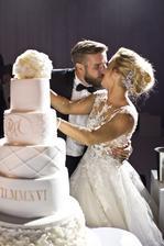 Domča vie aké je to mať na sebe cez 300tis eur. Toľko bola totižto hodná aj so šperkami v svadobný deň. Pre Miša má však určite nevyčísliteľnú cenu ;-) na hostine zaspievala aj Dara a Elán.