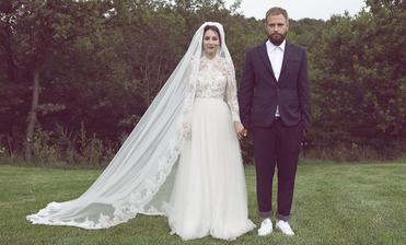 """Tamara Heribanová a Braňo Šimončík sú od roku 2014 manželmi. Svadobné šaty Tami dostala od Lukáša Kimličku ako svadobný dar, """"zbúchal"""" ich za 4 dni. Ženích v teniskách a bez kravaty/motýlika."""
