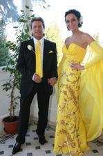 Sisa Lelkeš Sklovská a jej Ďuri sa brali vo veľkom štýle. Chateau Amade a Sisa v netradičnej žltej. Medzi pozvanými bol aj prezident hlavy štátu Ivan G. Ako svadobný dar dostali aj hviezdu, let balónom a iné vtákoviny.