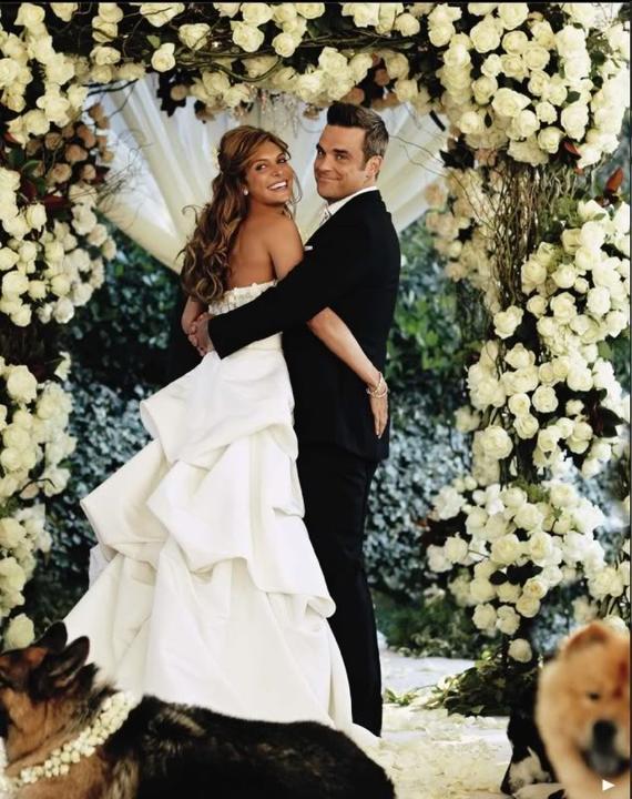 Búrlivák Robbie Williams je už od roku 2010 tiež v chomúte. Zobral si krásnu Aydu oblečenú v šatách od Monique Lhuillier  v ich dome v Beverly Hills. Roly družičiek sa zhostilo 8 psíkov s kvetinovými obojkami.