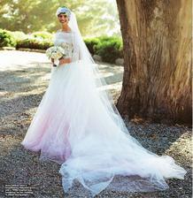 Svadobné zvony spravili bim bam v roku 2012 aj u Anne Hathaway a Adama Shulmana. Nevesta v svadobných šatách s farebným detailom od Valentina si brala svoju lásku na tradičnej židovskej svadbe. Anne má na hlave čelenku inšpirovanú 20tymi rokmi