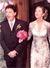 """V 2002 si Paul mcCartney zobral """"obľúbenú"""" jednonožku Heather Mills. Indicky ladená svadba (WTF???) za 3mil. s ohňostrojom a piesňou napísanou pre nevestu s príznačným názvom """"Heather"""" zaspievali preživší členovia Beatles."""