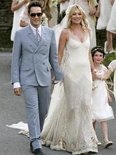 """back to 2011 Kate Moss a Jamie Hince si sľúbili nekonečnú lásku, ktorá sa v roku 2015 skončila. Vychytená modelka pózovala v šatách od Alexandra McQueena """"svadobnému fotografovi"""" M. Testinovi. Zoznam hostí znel ako pozvánka na fashion week."""