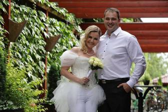 Zuzana Haasová, Martin Kostka a jej prapodivná módna kreácia boli aktérmi svadobného dňa dnes už manželov Kostkovcov. Svadba o dvoch svedkoch v deň plný šestiek 16.6.2016 o 16:00