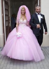Za najgýčovejšiu by sa dala označiť svadba Zuzy Plačkovej. Rúžová od hlavy až po päty, šaty za 20tis., no ako Zuzku poznáme, cenu vždy treba deliť min. troma. Darčekom pre hostí bola cukrovka...
