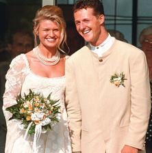 Corinna a Michael Schumacherovci sú manželmi vyše 20 rokov (od 1995). Jazdkyňa na koni a jazdec F1 si však jeden druhého veľa neužili. Najprv hrala prím Michaelova kariéra a rok po tom čo kolotoč F1 opustil prišla tragická nehoda...