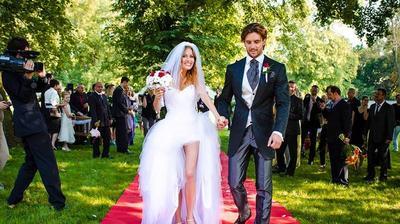 V roku 2012 si Miriam Kalisová vzala muža roka, Martina Šmahela, za muža svojho života, ehm, pardón za muža nadchádzajúcich 4 rokov. Ako rýchlo ženích pribehol k oltáru, tak rýchlo z manželstva zutekal. Každopádne, odvážne šaty, Oponice a 100 hostí.
