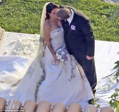 V 2005 spravila Sandra Bullock chybu svojho života s Jesse Jamesom. Western svadba na ranči, mrkvovou tortou od sestry.Hostina zrejme nič moc, ich prvé kroky po svadbe smerovali do McDonalds a 5rokov na to utekala Sandra s rozvodovými papiermi na súd