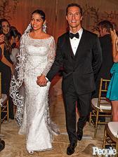 V 2006 zbalila v bare v LA Camila Alves Matthewa McConaugheya, narodili sa im dve deti a o 10rokov si ho vzala za muža. Ich svadba je príkladom toho, že na VAŠEJ svadbe nič nie je povinné, vynechali svadobnú tortu aj prvý tanec :-)