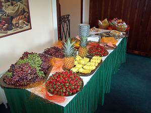 tolik ovoce bych si přála na hostině i oslavě - půjčená fotka z alba nevěsty z BRMS