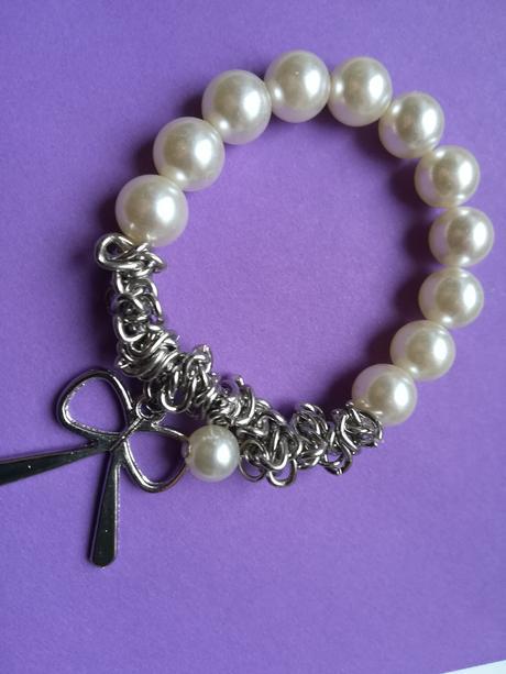 Náramek s bílými perličkami a stříbrnou mašlí - Obrázek č. 1