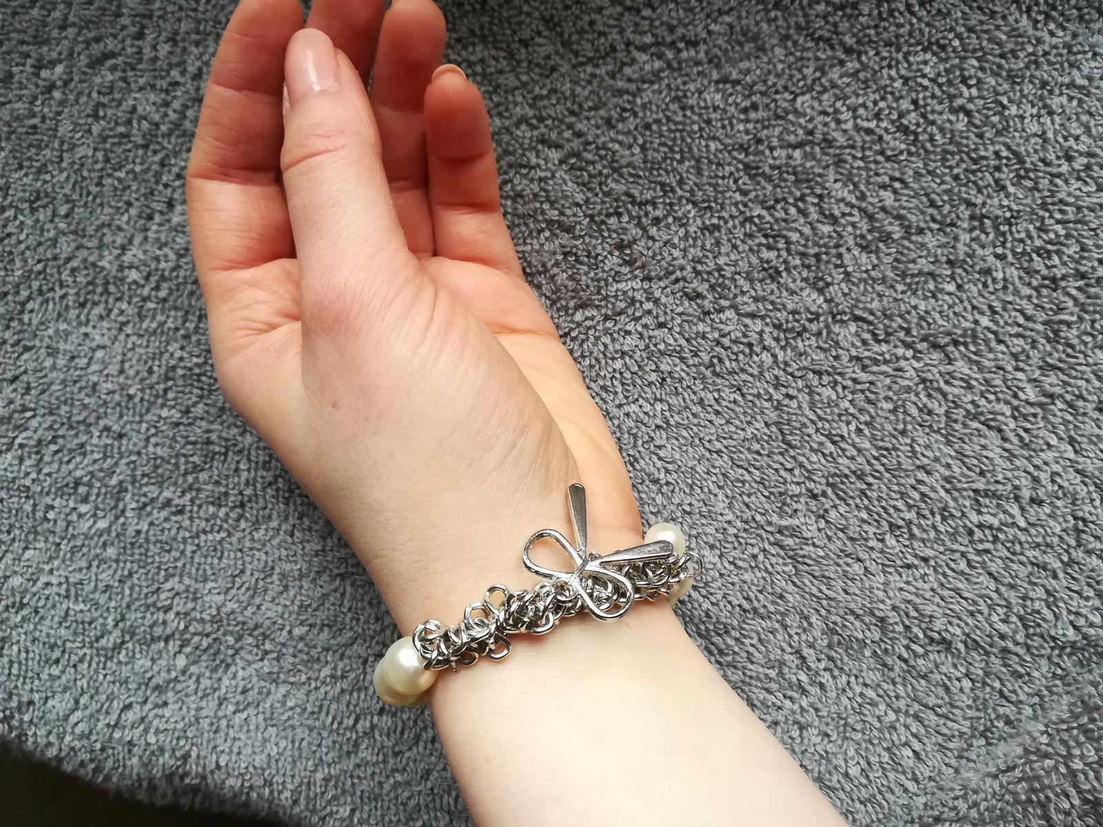 Náramek s bílými perličkami a stříbrnou mašlí - Obrázek č. 2