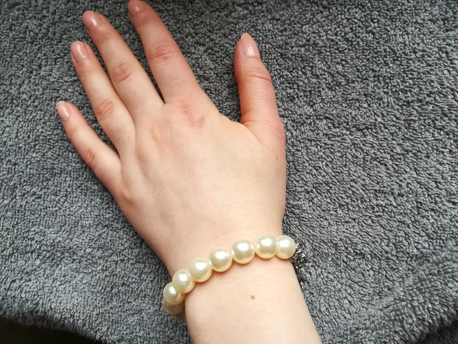Náramek s bílými perličkami a stříbrnou mašlí - Obrázek č. 3