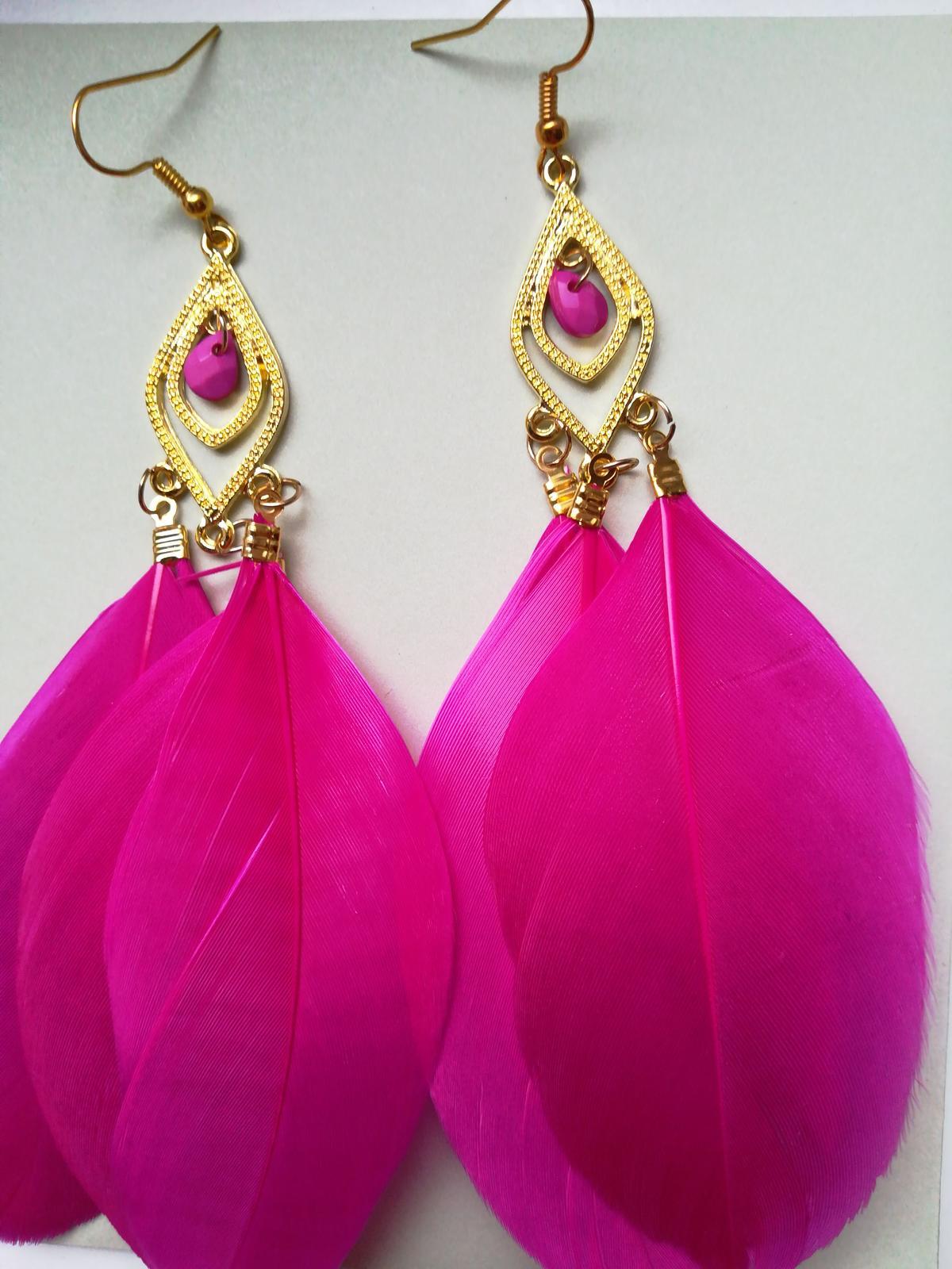 Lehounké fuchsiově růžové náušnice s peříčkem  - Obrázek č. 1