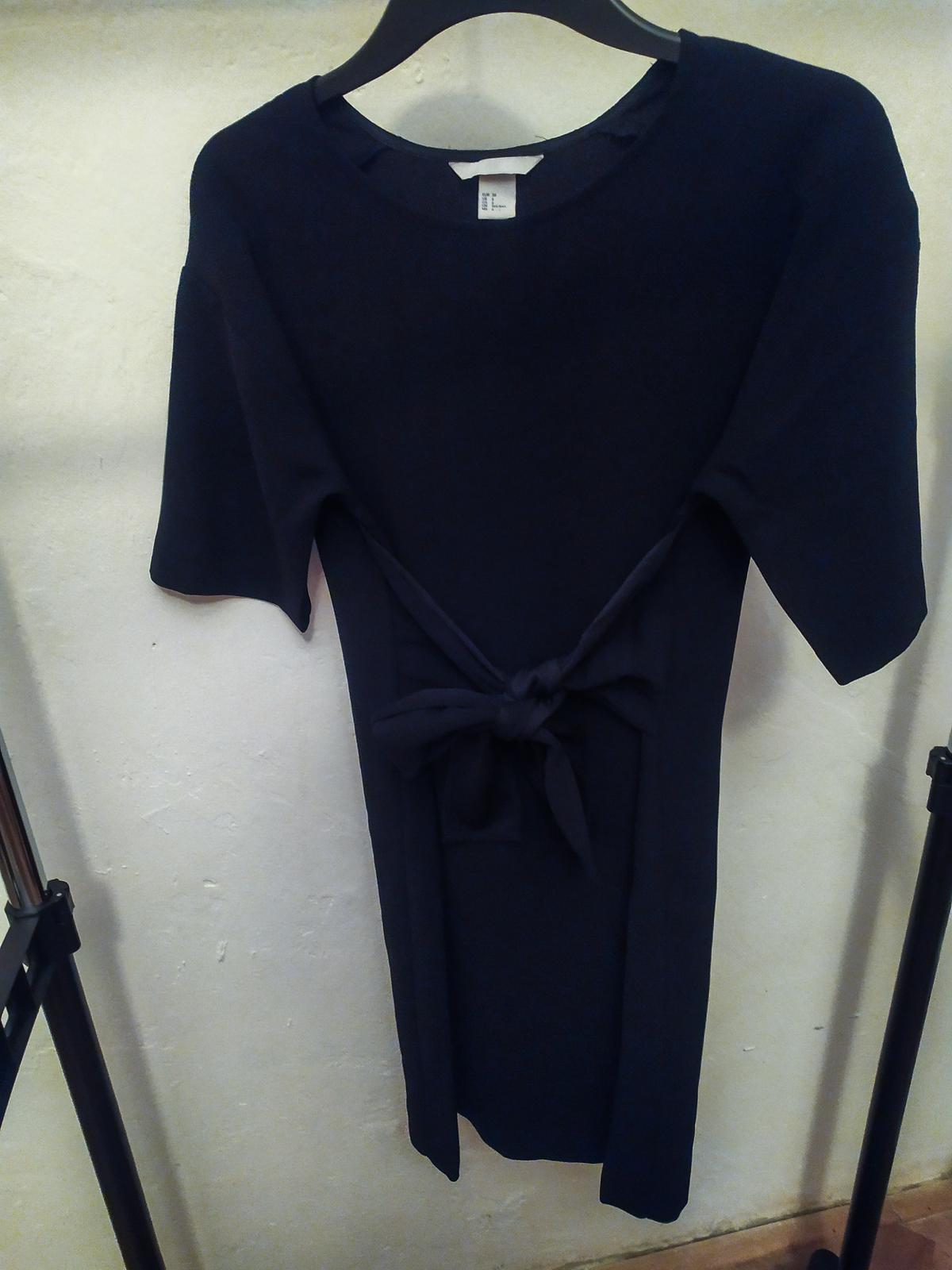 Černé šaty s úvazkem na mašli v pase H&M  vel. 36 - Obrázek č. 2