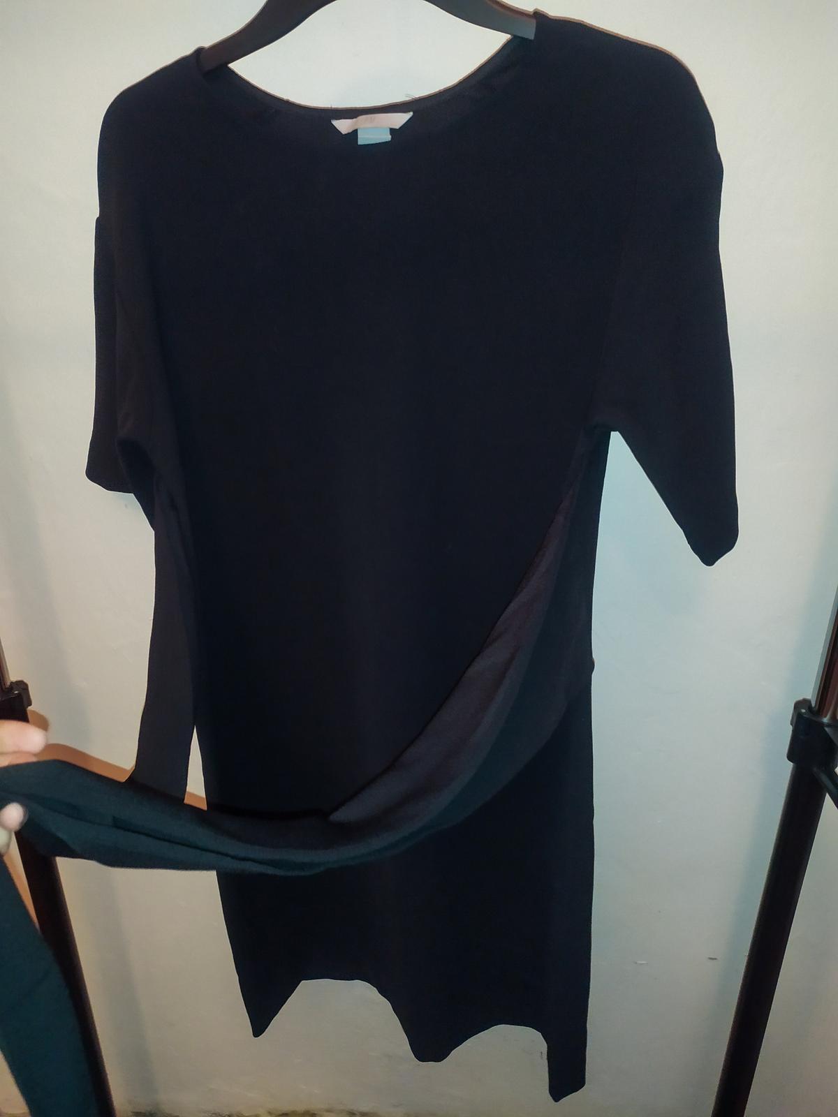 Černé šaty s úvazkem na mašli v pase H&M  vel. 36 - Obrázek č. 1