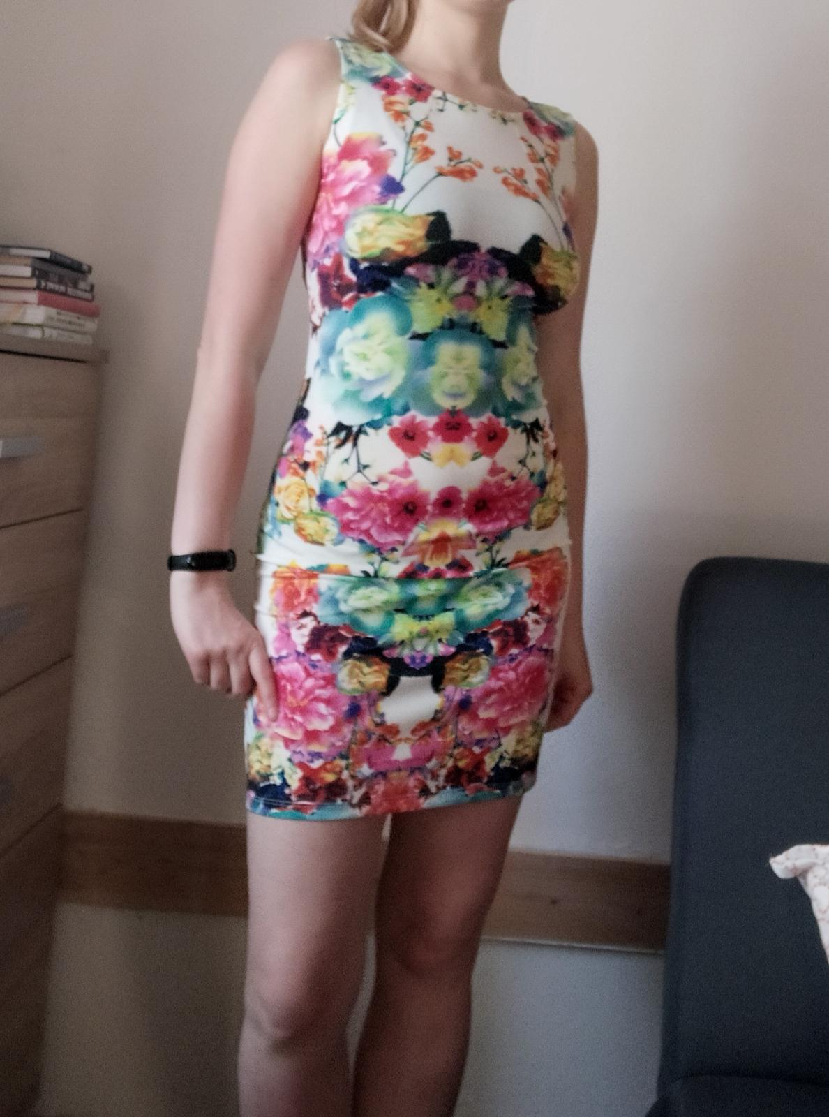 Barevné mini šaty na ramena - vel. S - Obrázek č. 1