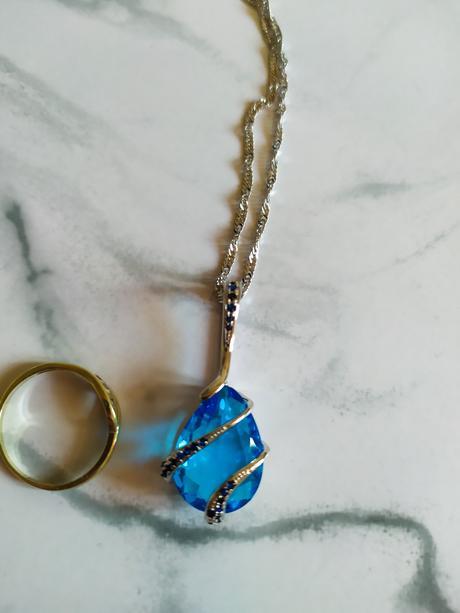 Řetízek s modrým přívěskem a stříbrnými detaily - Obrázek č. 1
