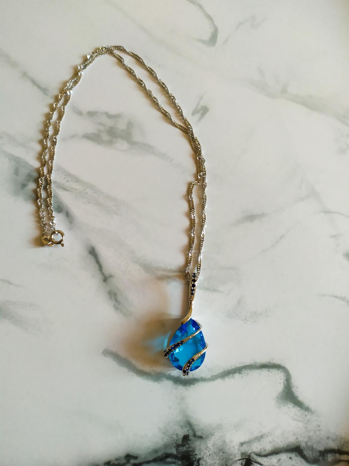 Řetízek s modrým přívěskem a stříbrnými detaily - Obrázek č. 2