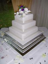 torta bude zdobená bielymi tulipánmi