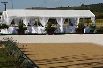 svatba bude venku, pod altánem nebo co to je:)) výhled na Pálava- Turold, Kozí Hrádek a Svatý kopeček, ale ještě to tam trošku zrekonstruují do té doby :))