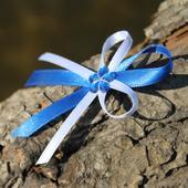 Vývazek modrý s připevněným špendlíkem,
