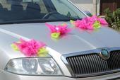 Dekorace na svatební auto - fuchsiové květy,