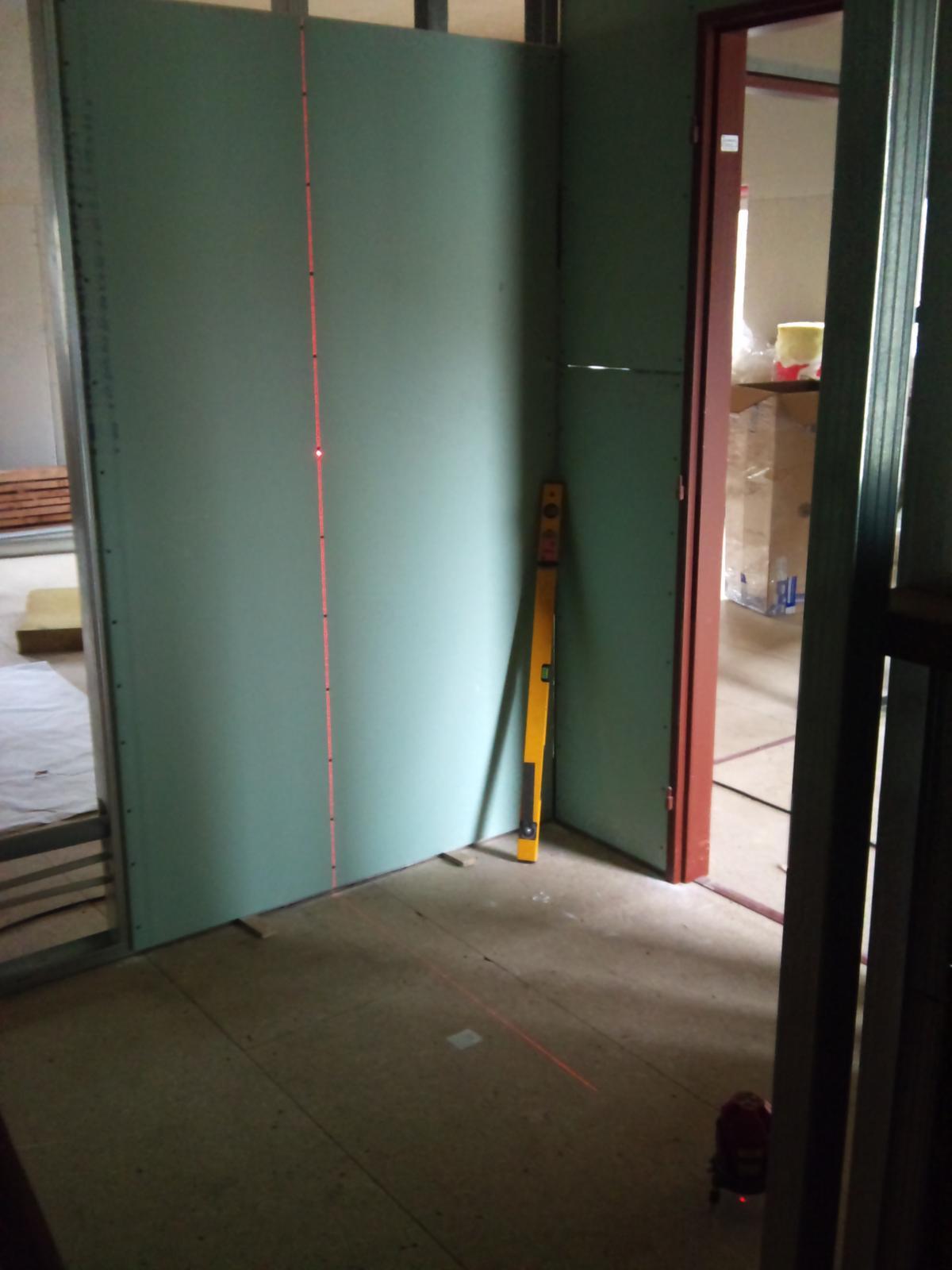 Pasivní dřevostavba - Hýskov - po hřebíkovačce je laser druhý nejlepší pomocník na stavbě :)