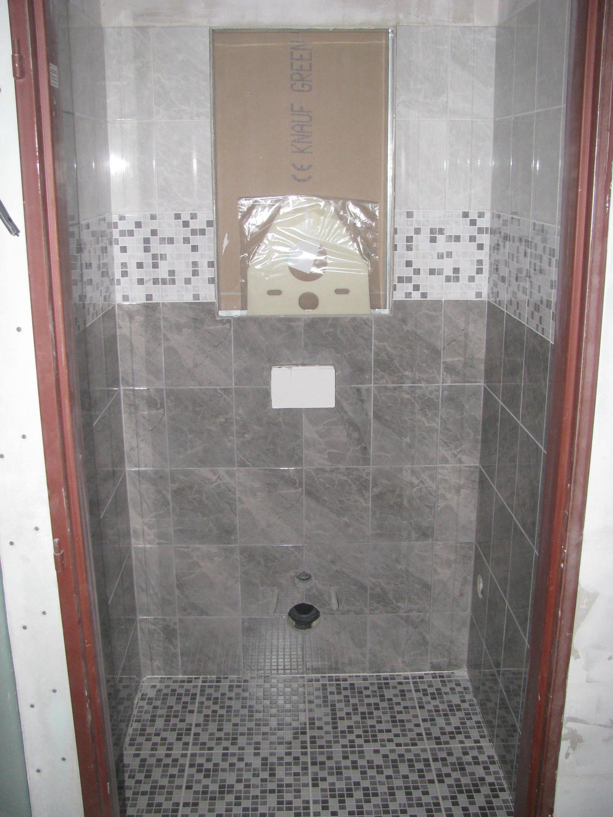Pasivní dřevostavba - Hýskov - sice to trvalo skoro 50h, šedá spárovačka není tak šedá jak měla být... ale koupelna je konečně hotová
