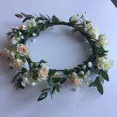 Svadobný venček do vlasov zo živých kvetov,