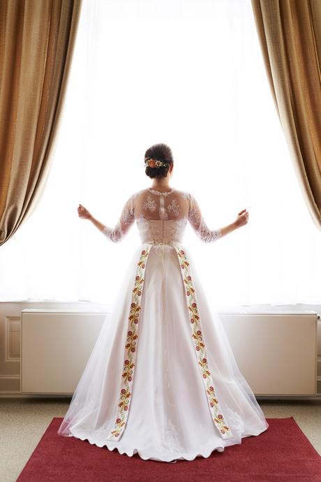 Svadobné šaty s folk výšivkou - Obrázok č. 1
