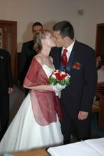 a první manželský polibek