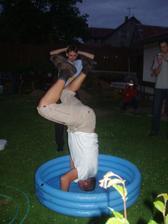 netradiční svatební disciplína - stojky na hlavě v bazénku s vodou
