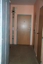 Pohled z obývákových dveří ke vstupním.