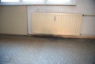 Topení v ložnici, opět jiné než jinde :) Ta deska nalevo je přidělaná mdf deska do zdi. Bojíme se jí oddělat...