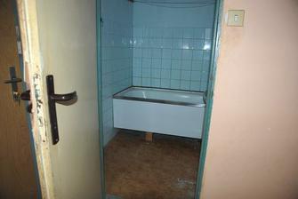 Krásné dveře, ještě krásnější lino a obklady... ten byt je prostě naše láska na první pohled :-D
