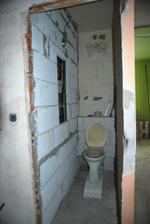 Náš klaustrofóbní záchod, už teď máme hrůzu, jak se tam bude člověk cítit..