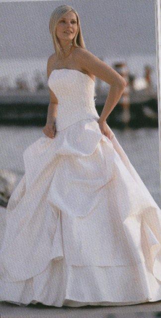 16.7.2005 - To jsou skoro ony :-) Nechci sem davat presnou fotografii, aby jste se meli na co tesit ;-) Predstavte si jeste jemne zdobeni po obvodu korzetu, v zahybech na sukni textilni ruzicky ve tmavem sampanu a sukni z lehciho materialu az na zem s vleckou.