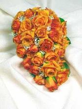 Zatím nejhezčí kytka, co jsem viděla. Líbila by se mi víc provzdušněná, ne tolik na těsno, a méně květů, abych za tou kyticí byla vůbec vidět. Ono 150 cm, je 150 cm..