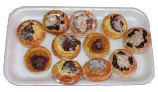 Tady jsem si dovolila malou ochutnávku.. Že nebudete? To je ale škoda.. ]:-) Jeden kus za 1,50 Kč: tvarohové s povidly, makové s ořechy, jablečné s povidly, povidlové s drobenkou, ořechové a další a další kombinace. Tak mají vypadat správné svatební