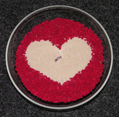 16.7.2005 - A pohled zvrchu. Místo snubních prstýnků jsem dala můj zásnubní.