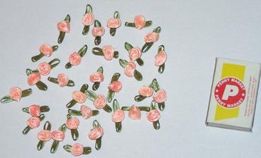 Místo klasické myrty pro svatebčany jsem koupila maličká kvítka v barvě mojí kytice. Pro porovnání velikosti jsem je vyfotila s klasickou krabičkou od sirek. Myrtu každý vyhodí, tyhle maličké kytičky jim zůstanou a neuvadnou - že by jistá symbolika?