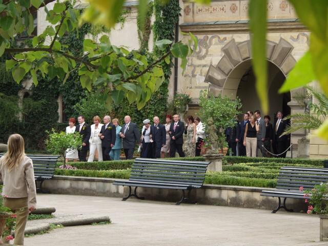 Jedinečný sraz... i zážitek - Příjemná hudba zaplnila celé nádvoří a svatební průvod se vydal do obřadní síně.