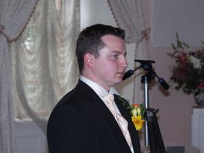 Bob a čekání na nevěstu. Správní kamarádi podrželi a pokřikovali na něj: Bobe, uteč!